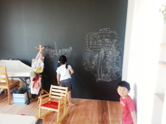 黒板塗装で子供が自由にお絵かき♪